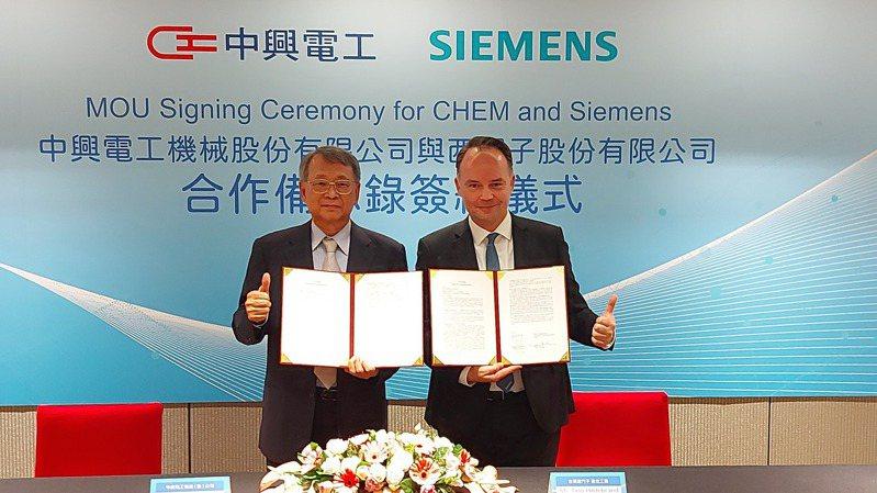 中興電與西門子昨日舉行合作說明會,由中興電董座江義福與台灣西門子數位工業總經理席德塱(Tino Hildebrand)簽署合作協議。記者陳美玲/攝影