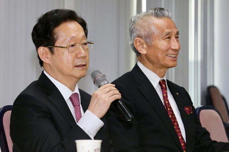三圓建設董事長王光祥(右)今證實,將擔任尚志資產董事長,圖左為新任董事長林文淵。報系資料照(記者林伯東╱攝影)
