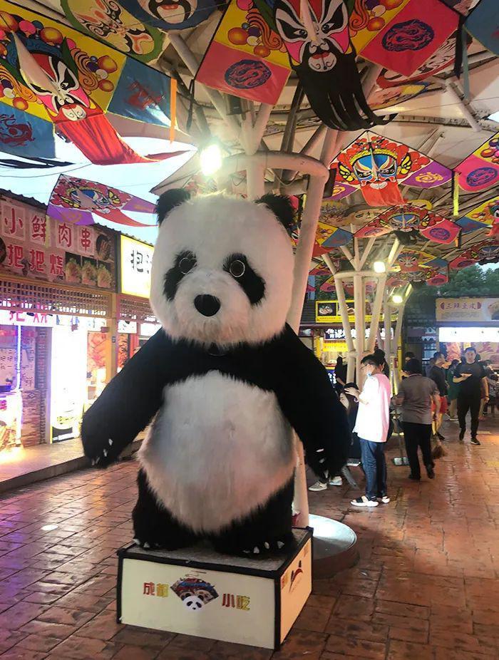 原本標榜台灣小吃特色的錦江士林夜市,已被川味、港式等大陸攤商逐漸取代,門口更擺置大熊貓,淡化台灣意象。圖/取自上觀新聞