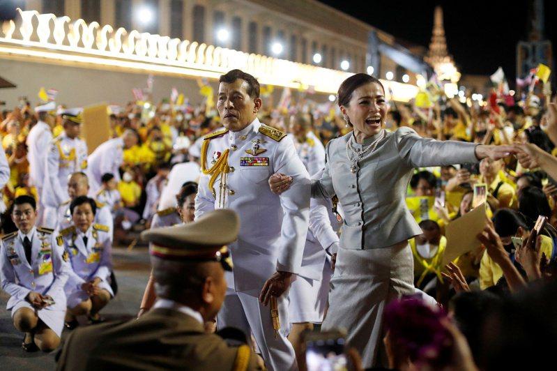 泰王瓦吉拉隆功(左)和王后一日晚間一起出席曼谷大皇宮外的宗教活動,與在場的「保王黨」民眾互動。(路透)