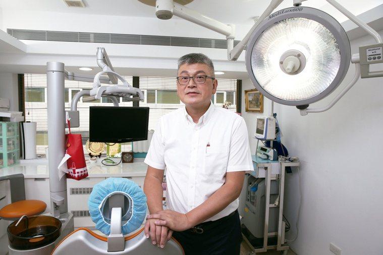 黃明裕發現台灣特殊族群牙醫的學習資源很少,因此前往日本取經,還在回台前參與當地3...