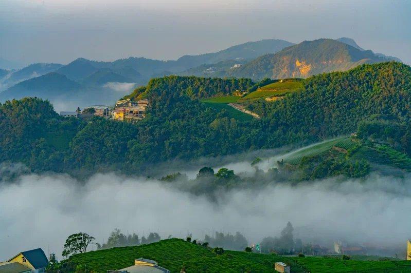 嘉義知名攝影家余信賢天未亮,開車上頂石棹,用相機縮時攝影及空拍機,拍攝雲瀑,驚嘆...
