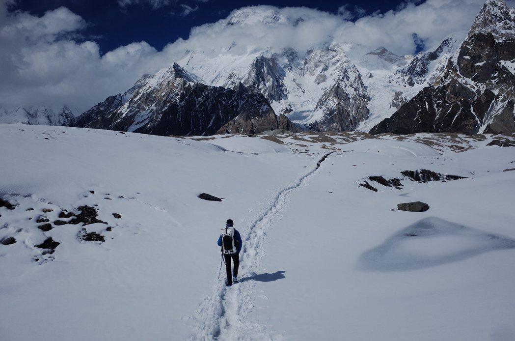 從最後一座有人的村落走向K2基地營,得花七日,這是經過冰河匯流口協和廣場後的一片...