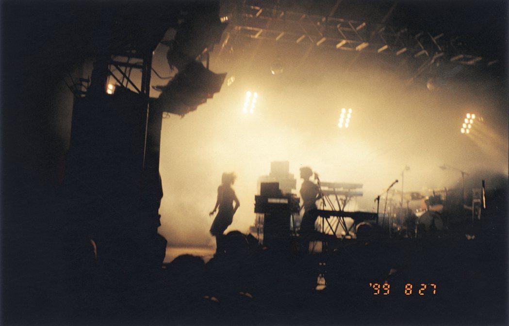 Elastica樂團演出結束跑回後台,那是一座室內舞台,我擠在中間,用底片相機拍...