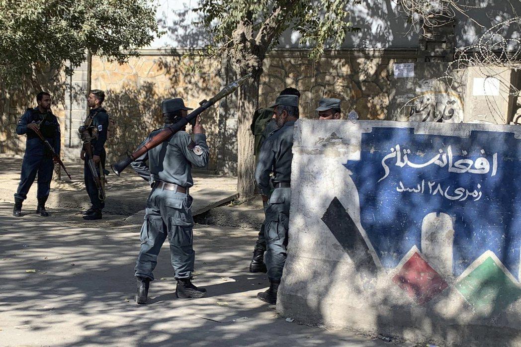 恐怖攻擊持續近兩小時,過程中得到美軍指導援助的阿富汗軍警部隊,雖然擊斃兩名槍手。...