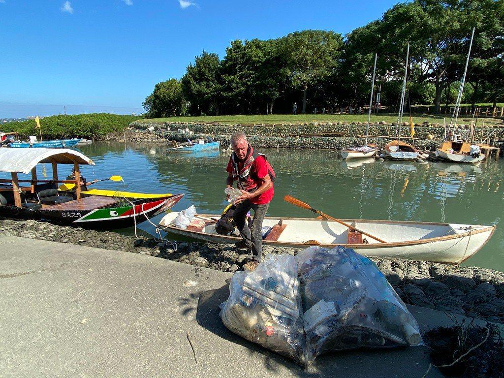 Peter每天划船出去都會撿垃圾回來,感動其他船友。 圖/許祖菱 攝影