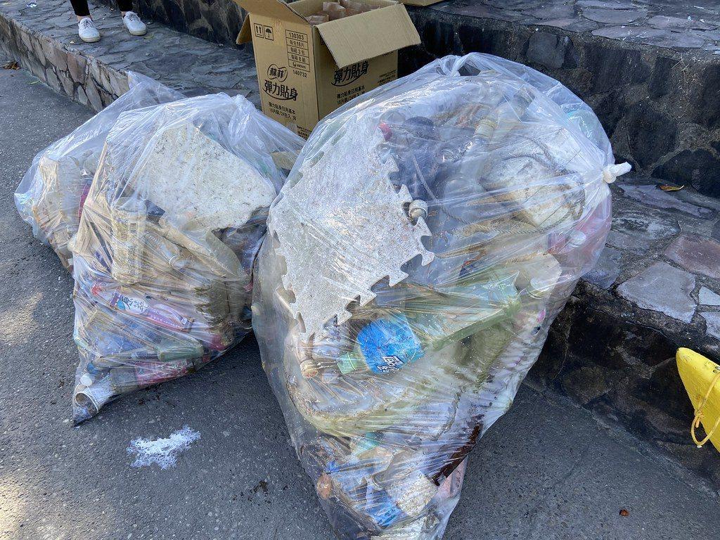 淡水河岸的垃圾無奇不有,從最常見的塑膠袋、寶特瓶,到大型家用廢棄物如棉被、廚餘桶...