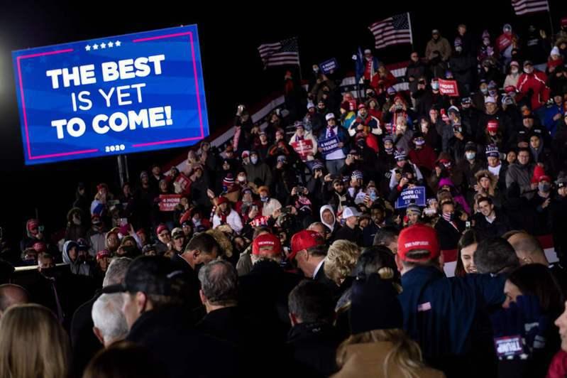美國總統大選投票已如火如荼地展開,圖為支持者聚集在候選人的造勢現場。 法新社