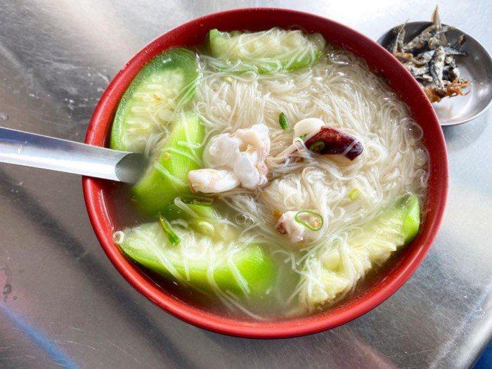 店家招牌為小管麵線,另外澎湖的絲瓜和海菜炒蛋也是特色美食。 圖/讀花枝