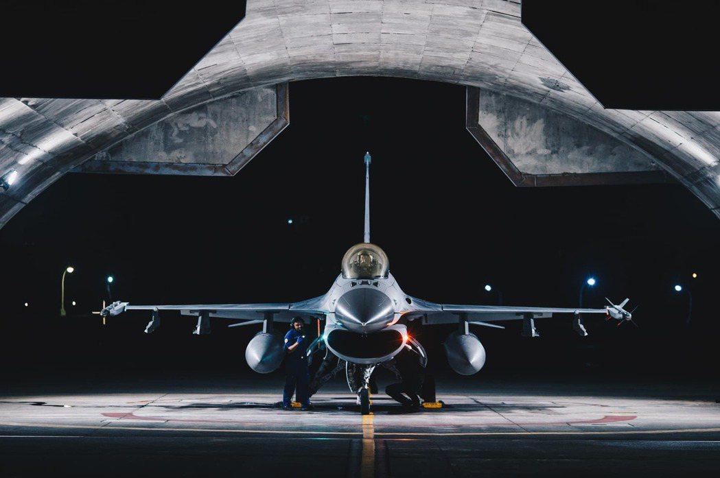 台灣民眾對於是否願意作戰的比例,會顯著受到身旁其他人的行動所影響。圖為我空軍F-16戰機。 圖/軍聞社