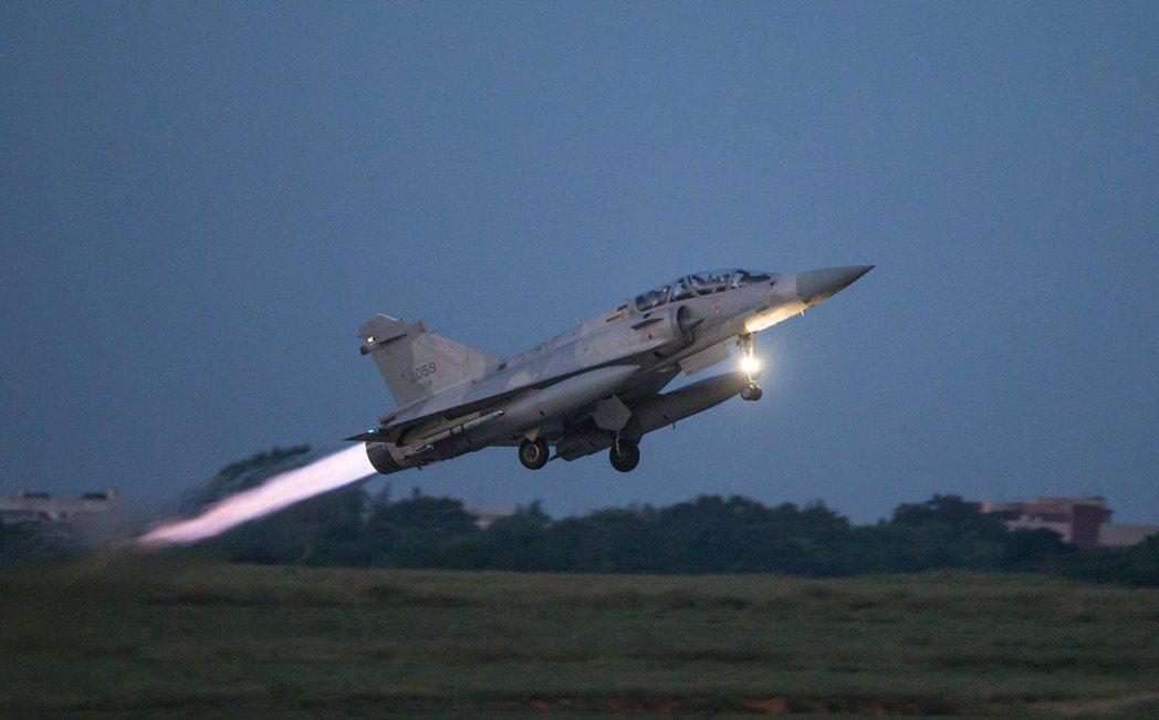 因應共機侵擾,我空軍幻象2000緊急升空。 圖/軍聞社