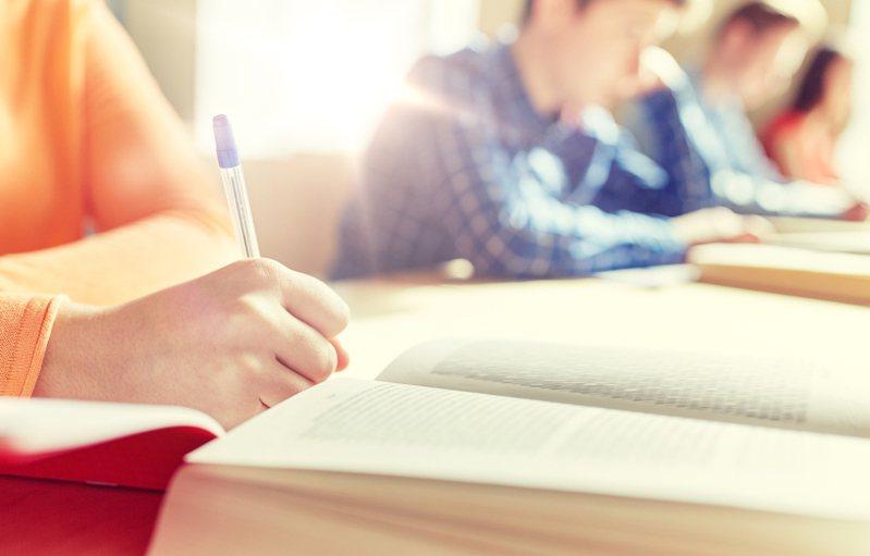新課綱提升學生撰寫小論文意願,每年辦兩次的高中小論文競賽競爭激烈,一梯次九千多人報名。示意圖/ingimage