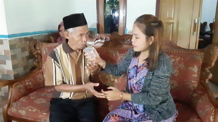 印尼一名71歲老翁上個月娶18歲少女,但這段婚姻只維持22天就玩完。圖翻攝自tribunnews