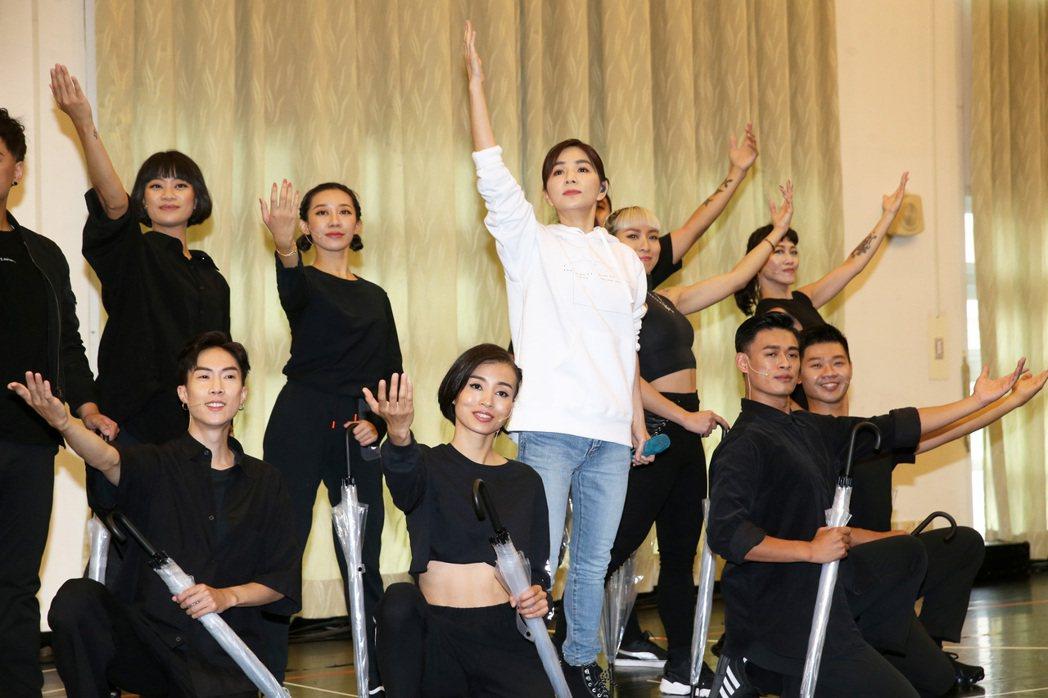 Ella陳嘉樺(中)正式宣告將舉辦個人生涯第一場巡演,並於今天進行彩排。記者胡經...