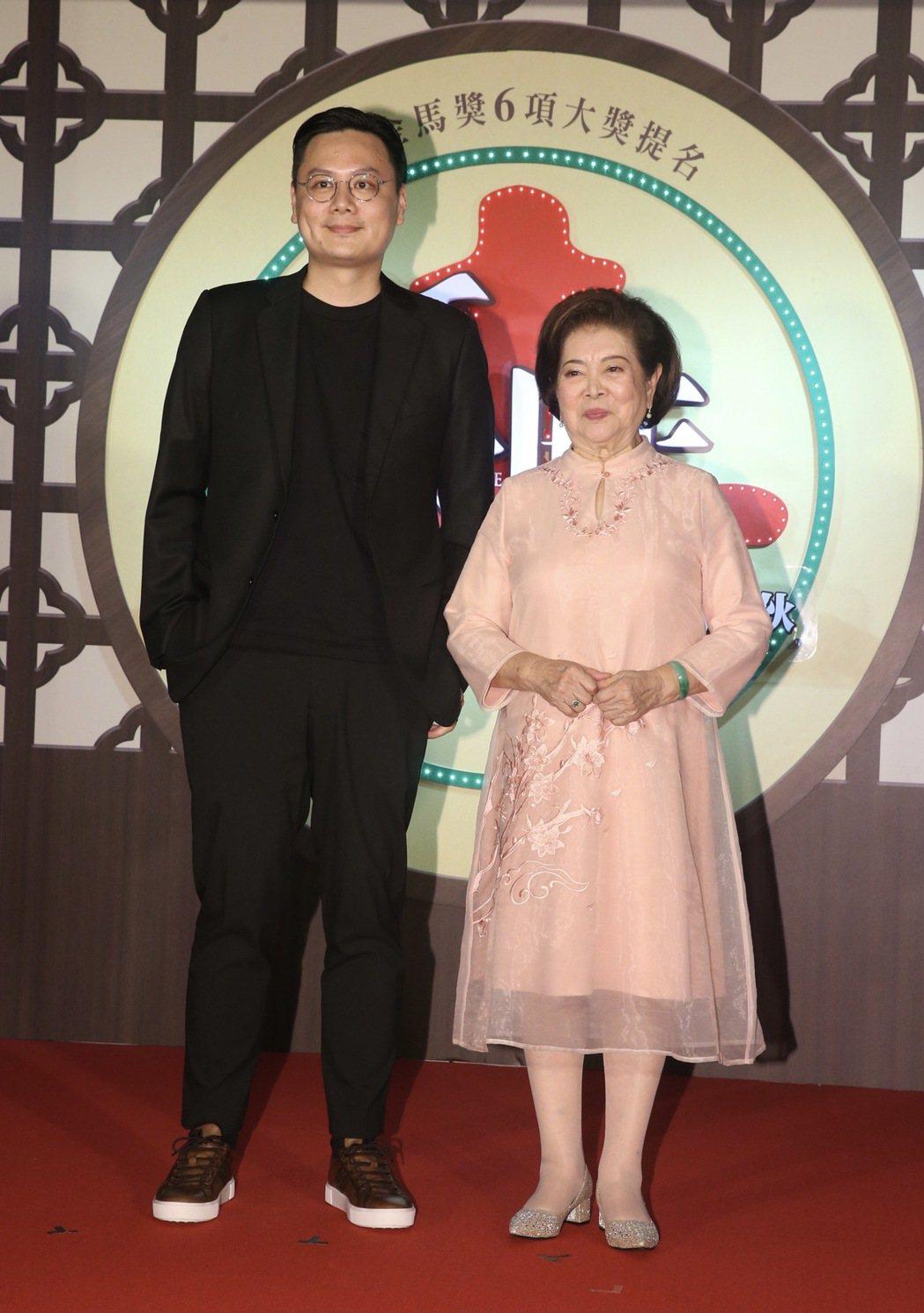 電影「孤味」首映會,導演許承傑(左)、演員陳淑芳(右)。記者黃義書/攝影
