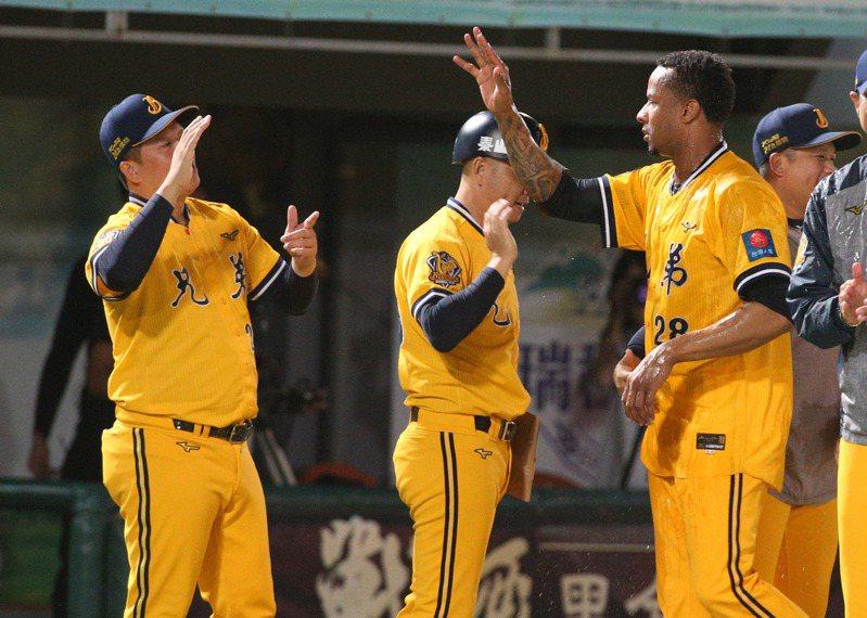 中華職棒中信兄弟投手米蘭達(右)投完比賽勝投。記者劉學聖/台南傳真