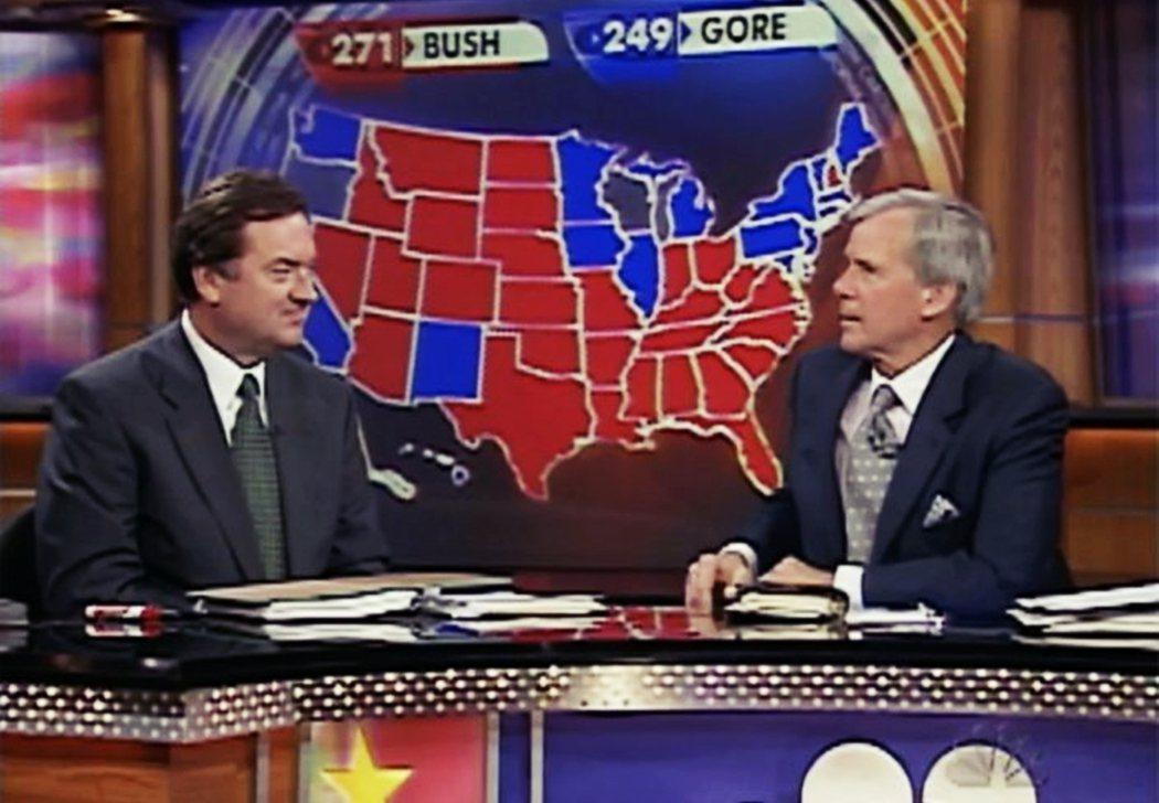 當時NBC的名主播拉瑟特(左)不斷反覆說出「紅州」和「藍州」分別指涉共和黨與民主...