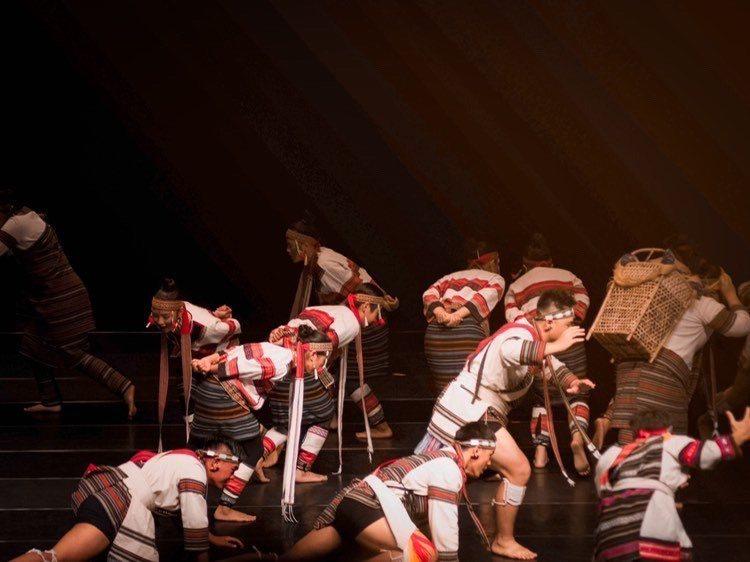 織‧路歌舞劇中演繹泰雅族遷徙畫面。 東華大學/提供。