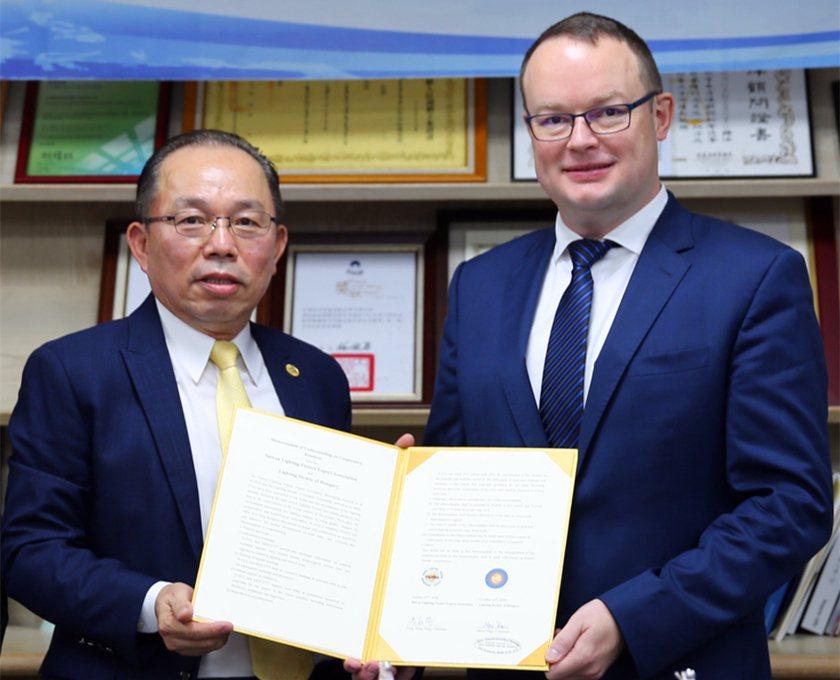 照明公會理事長馮松陽(左)與匈牙利貿易辦事處代表Daniel LORINCZ於簽...