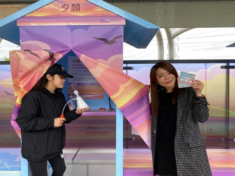 新北捷運公司推出嗅覺藝術體驗「輕軌香」,參與票選的民眾還有機會獲得iPhone12手機一支及福容飯店住宿等獎項。圖/觀天下有線電視提供