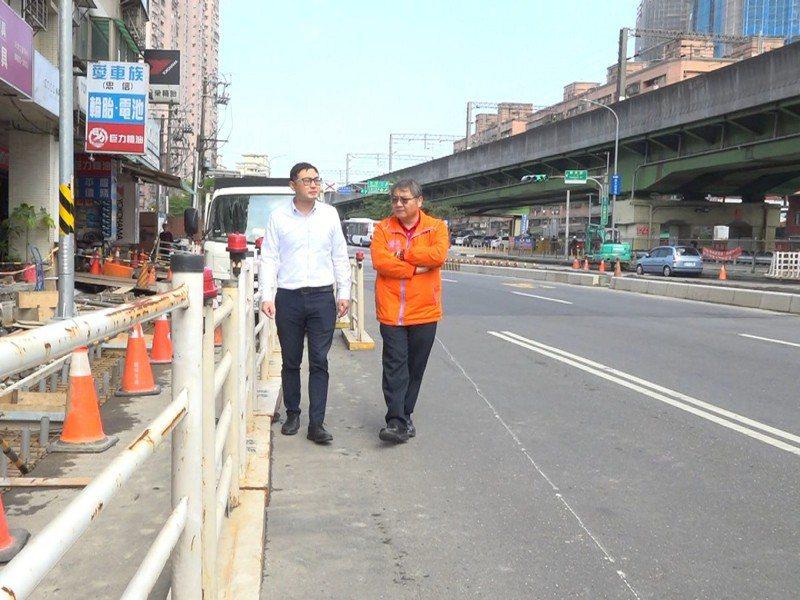 汐止大同路到鄉長路口施作分隔島,市議員廖先翔就前往關心,預計整體工程會在11月20日完成。 圖/觀天下有線電視提供