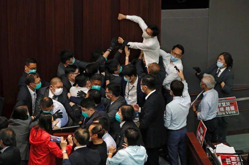 香港八名泛民主派人士昨遭香港警方拘捕,港警指控他們在5月8日的立法會內務委員會會議期間,涉嫌違反「立法會(權力及特權)條例」。圖為5月8日泛民議員和建制派議員混戰場面。路透