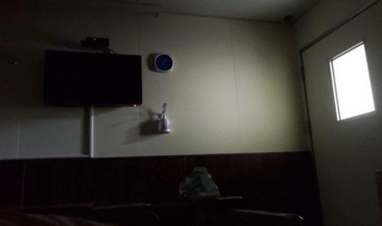 女子分享染疫心情,入住隔離病房第一天,面對牆壁世界「好像只剩下我一人」。圖/擷自...