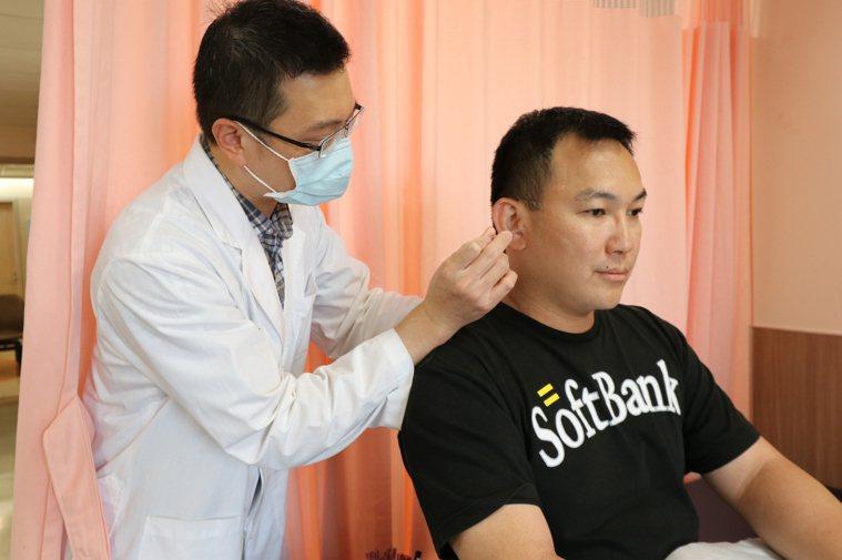 亞洲大學附屬醫院中醫科醫師吳俊昌(左)指出,中醫治療耳鳴方式主要涵蓋中、西醫的治...