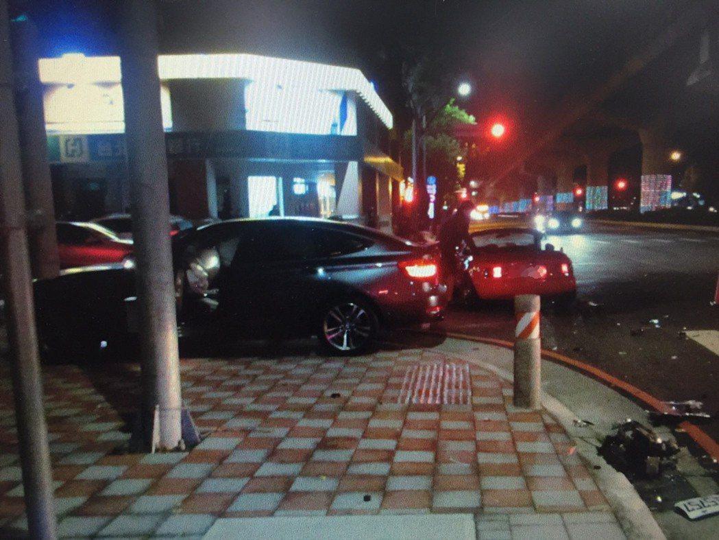 台中市南屯區文心路、向上南路在昨天晚間10時許,發生一起BMW撞馬自達的交通事故...