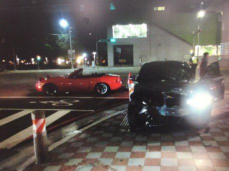 影/輕熟女開BMW疑闖紅燈 撞左轉車遇警自嘲:有經驗