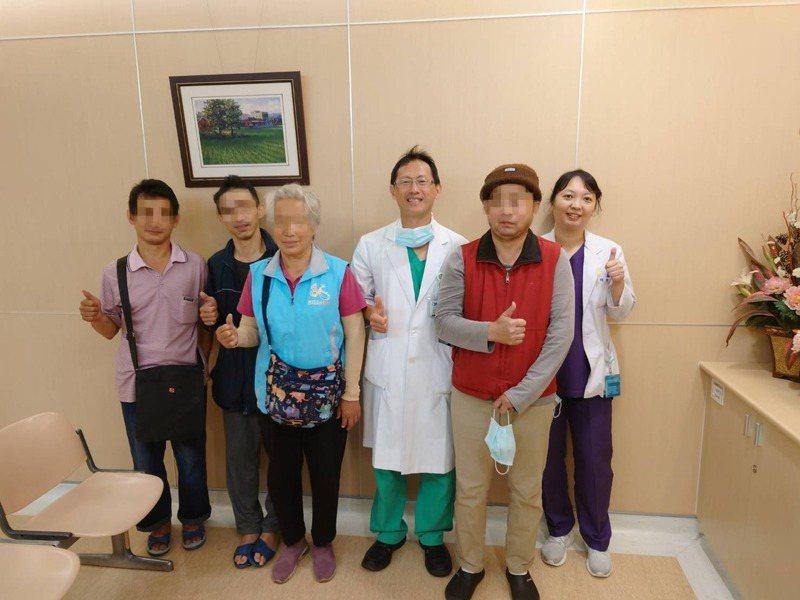 三兄弟與母親經大腸癌治療後狀況都穩定。圖/大千綜合醫院提供