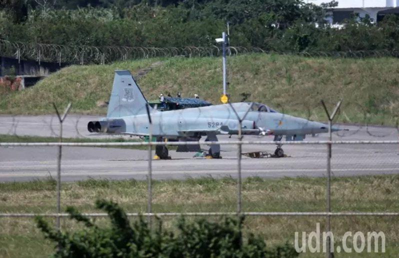 國防部表示,針對10月29日墜機事件展開的F-5機隊特檢,空軍10月29日已律定機隊45架機執行發動機系、逃生系及燃油系等9項檢查。圖/本報資料照