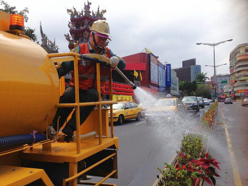 迪化及內湖汙水處理廠用再生水清洗廠區地面、設備機台、植裁澆灌等,一年省下5000萬水費。圖/北市衛工處提供