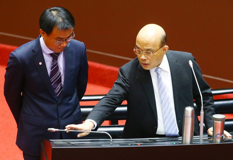 行政院長蘇貞昌(右)日前在立法院為開放美豬美牛政策辯護,一度壓下麥克風,不讓農委會主委陳吉仲回答立委提問。圖/聯合報系資料照片