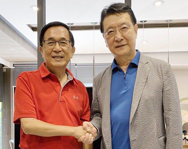 媒體人趙少康(右)日前拜訪前總統陳水扁(左),兩人握手合影,上演「世紀大和解」。圖/取自趙少康時間臉書