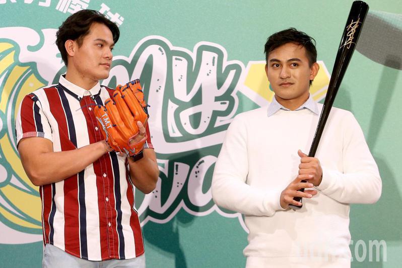 旅美棒球好手林子偉(右)未獲紅襪續約,在季後成為自由球員,今天舉辦返台記者會時,好友張育成(左)現身為他打氣。記者余承翰/攝影