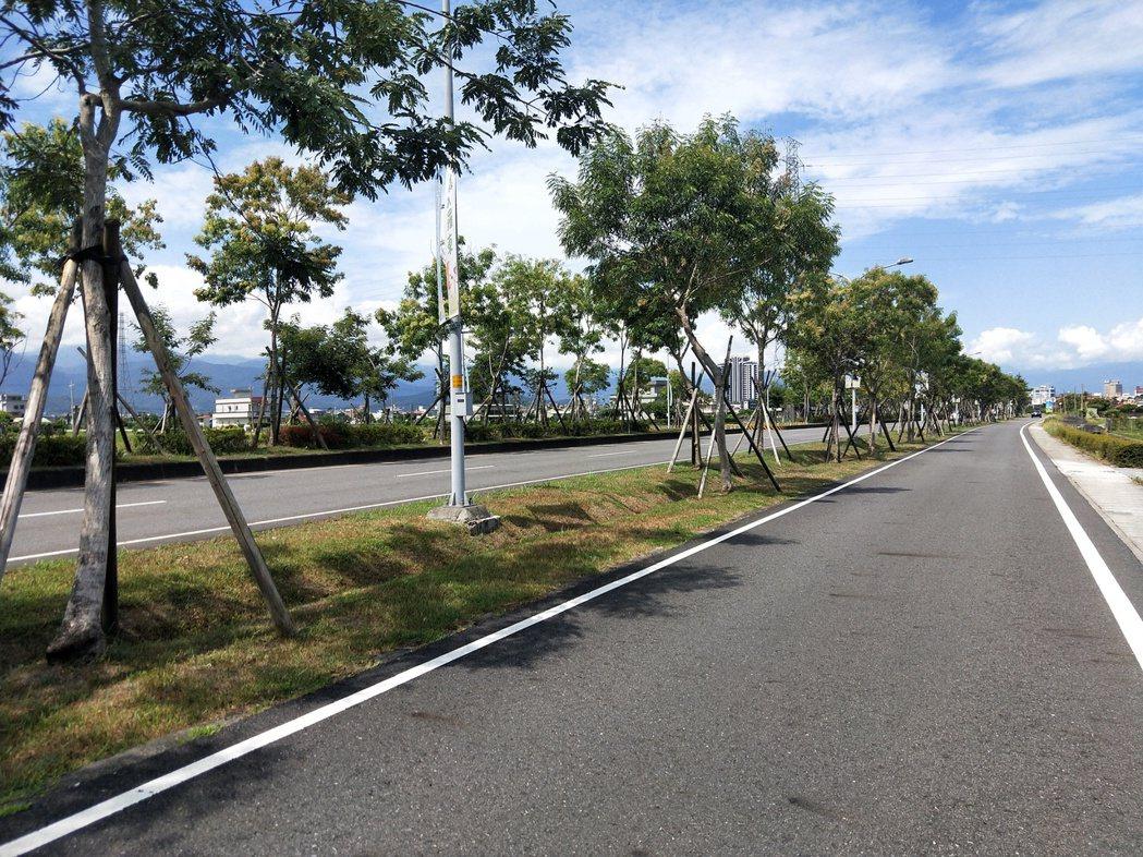 宜蘭縣的道路出現坑洞就要馬上填補,以維護路面平整。圖/交通處提供