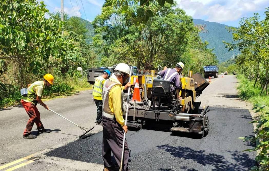 宜蘭道路出現坑洞,主管單位要趕在4小時內完成臨時性修復,先不致產生安生疑慮,日後...