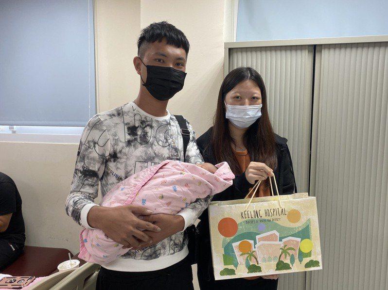 住在屏東懷孕37周的鄭姓女子到基隆旅遊途中落紅,由警車開道護送到衛福部基隆醫院順利產女,迎接健康寶寶報到。圖/衛福部基隆醫院提供
