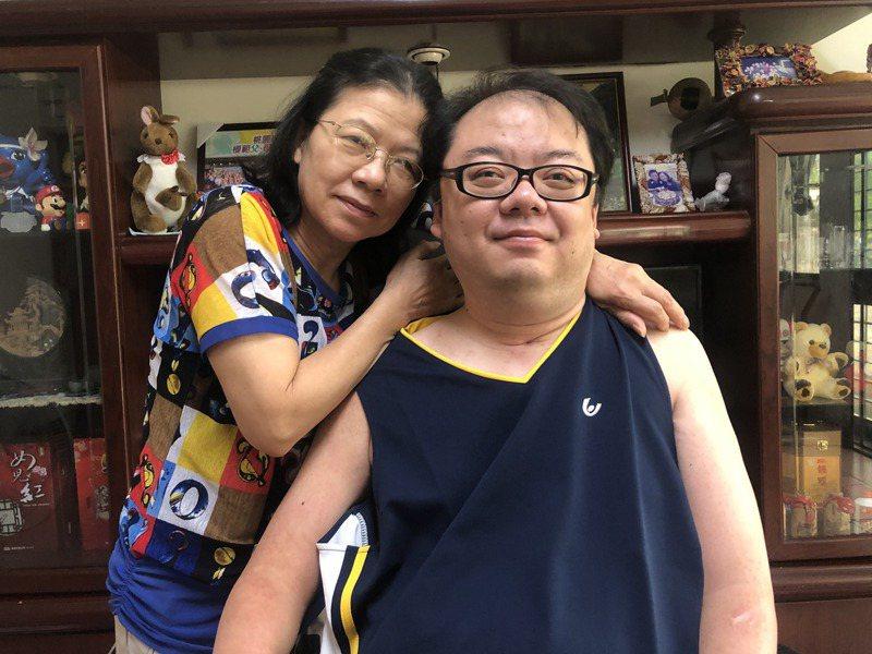 陳心惠(左)照料癱瘓的兒子胡嘉文(右)已經21年,彼此雖不避諱談論死亡,但也珍惜相處的每一天。記者曾健祐/攝影