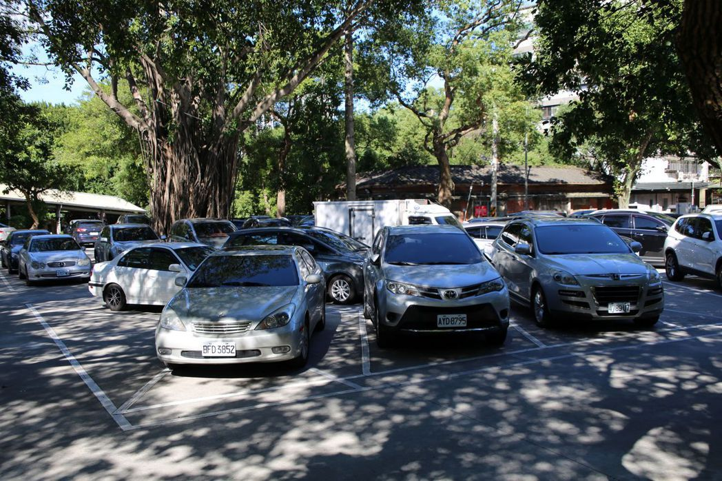 鶯歌國小開放停車位後,吸引許多居民前來承租,每日均停滿汽車。圖/新北市教育局提供
