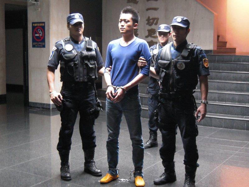 中部槍擊要犯「牛皮」王俊偉(中),涉嫌犯下多起槍殺、綁架重大案件,檢方將他起訴求處死刑。圖/聯合報系資料照片