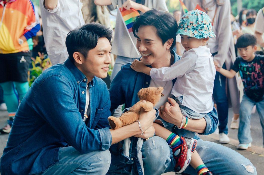 林輝瑝(左)、謝佳見帶著劇中兒子參加同志遊行。圖/ GagaOOLala提供