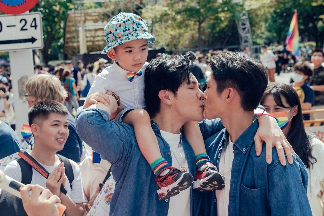 林輝瑝(右)、謝佳見帶著劇中兒子參加同志遊行。圖/ GagaOOLala提供