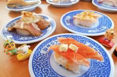 女網友吃壽司手滑「被吸入回收孔」 iPhone瞬間隨餐盤冒險