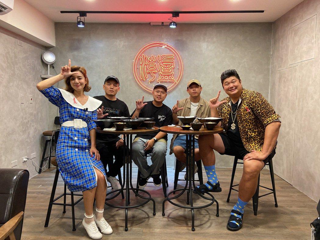 玖壹壹(中)上TVBS「食尚玩家」。圖/TVBS提供