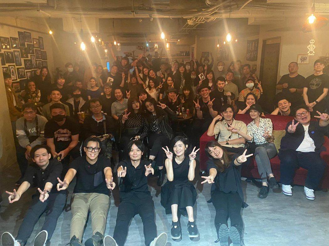 管磬(前排右二)舉辦生日音樂會,男友倪安東(第三排右三)給予支持。圖/Vicky...
