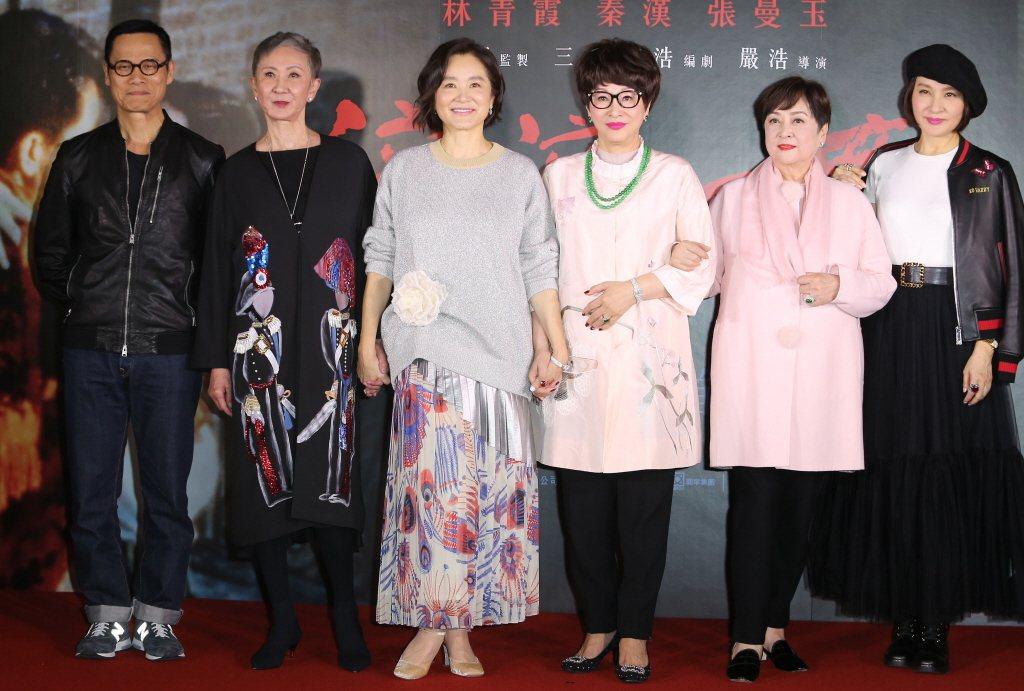 林青霞(左三)新書中提到拍「滾滾紅塵」的軼事,該片重映時她特地返台,羅大佑(左起...