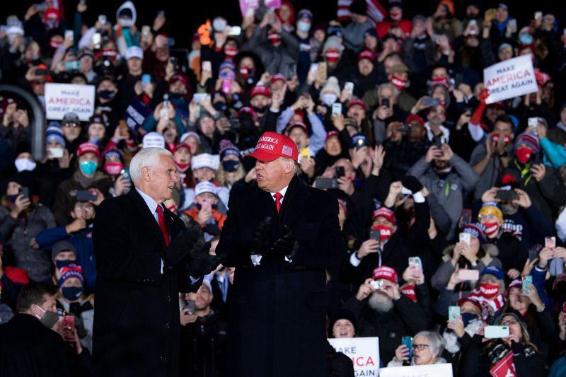 美國總統川普(右)2日選擇在密西根州大湍市的造勢晚會,結束2020大選前的所有競選活動,當地也是川普四年前競選時最後一場造勢地點。圖為他與副總統潘斯同台。路透