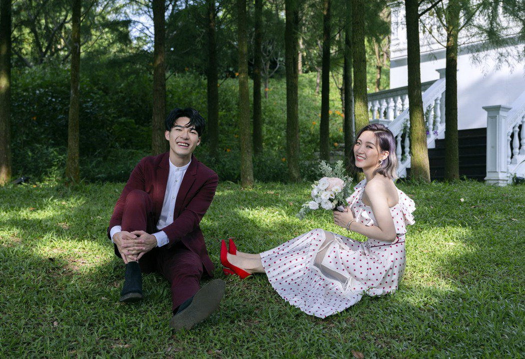 陳昊森(左)與閻奕格在新歌MV中,頻頻製造浪漫。圖/華研音樂提供